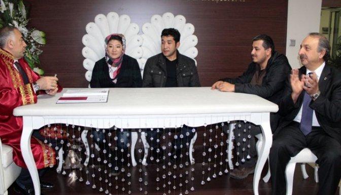 Savaştan kaçan Afgan çift evlendi!