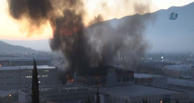 Tekstil fabrikası yangını söndürülemiyor!