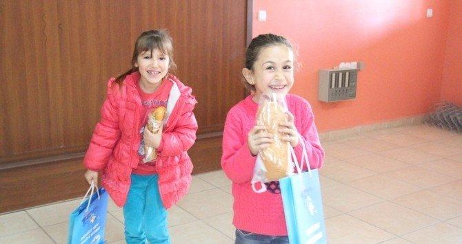 Hatay'da Öğrencilere Balık Ekmek Dağıtıldı!