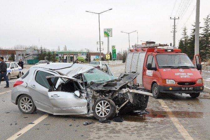 Kamyon İle Otomobil Çarpıştı: 3 Yaralı!