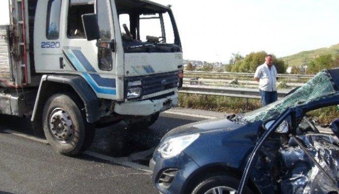 Andırın'da kamyon ile otomobil çarpıştı: 1 ölü, 5 yaralı!