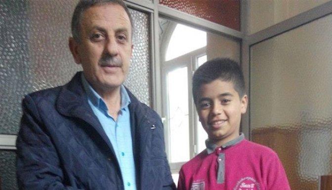 Suriyeli çocuktan örnek davranış!