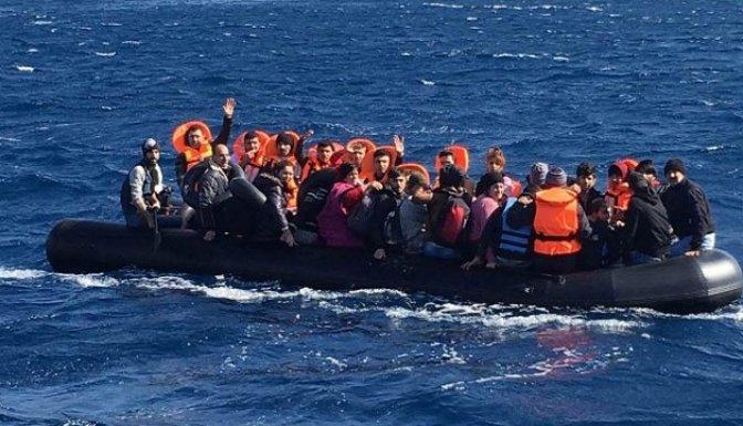 Yunan Sahil Güvenlik gemisini gören denize atladı!