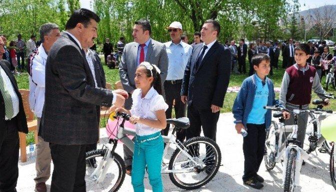 Elbistan'da 49 Öğrenciye daha Bisiklet dağıtıldı