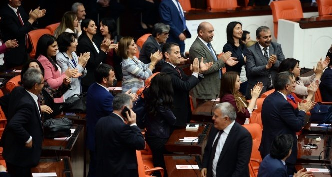 HDP'li vekillerden alkışlı protesto!