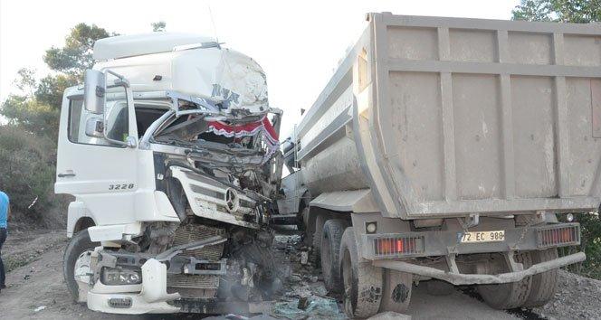 İki kamyon kafa kafaya çarpıştı: 2 yaralı!