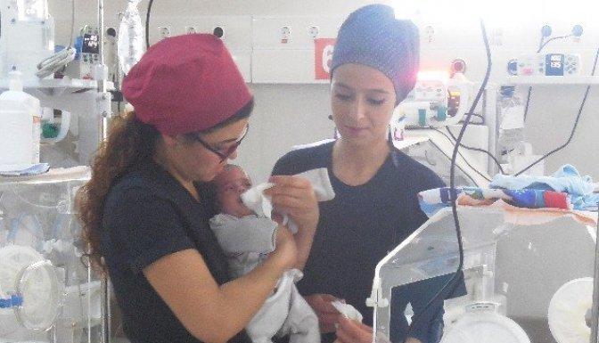 Parmak Bebek 118 gün sonra hayata tutundu