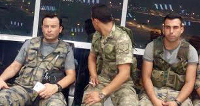 Darbeci askerler kulede fotoğraf çektirdi!
