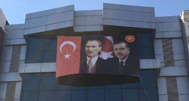 FETÖ'nün tabelaları indirildi, Atatürk ve Erdoğan resmi asıldı!