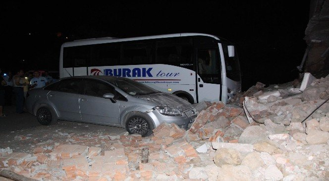 Duvar çöktü, iki araç zarar gördü!