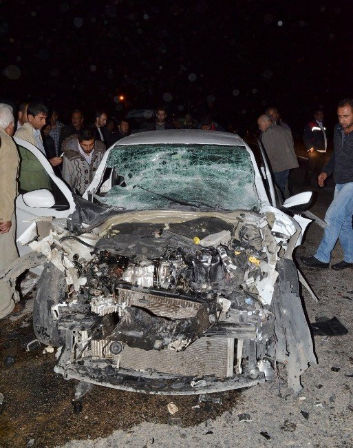 Otomobil, pancar yüklü römorka çarptı: 3 ağır yaralı!