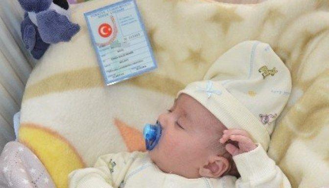 Bebeğine 'Ömer Halis Demir' İsmini verdi