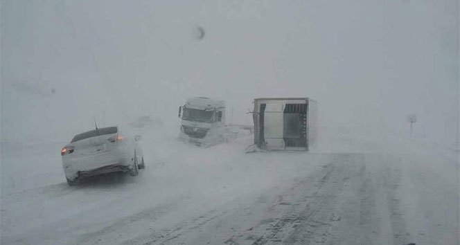 Kar yağdı araçlar yoldan çıktı!