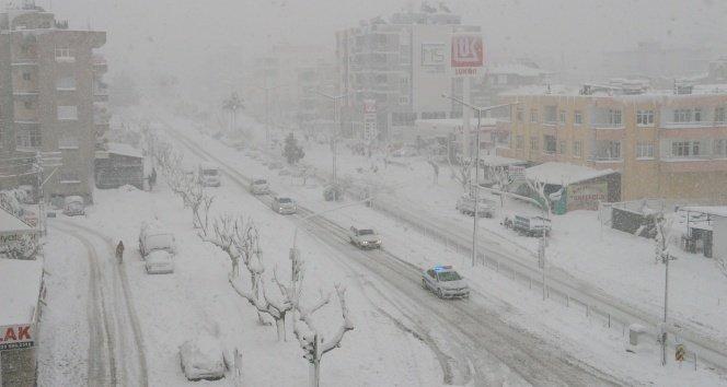 Mersin'de kar hayatı felç etti!