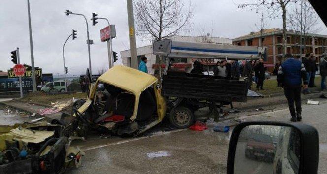 Kazada kamyonet ikiye bölündü 3 kişi yaralandı!