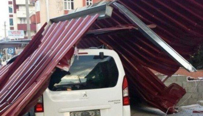 Şiddetli rüzgar: 2 kişi yaralandı!..