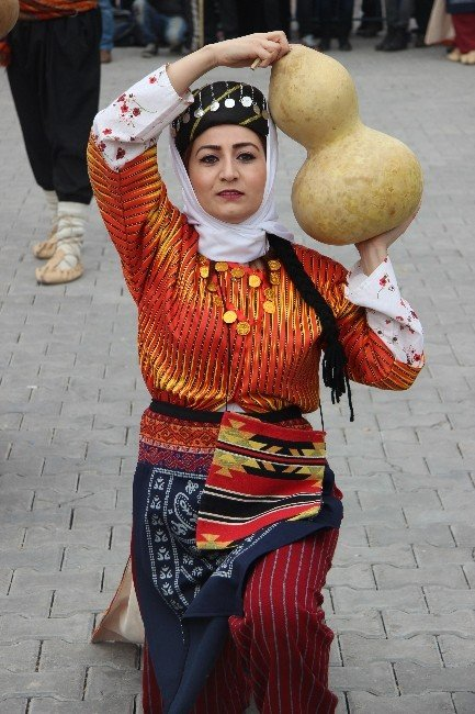 Uluslararası Halk Oyunları gösterileri başladı
