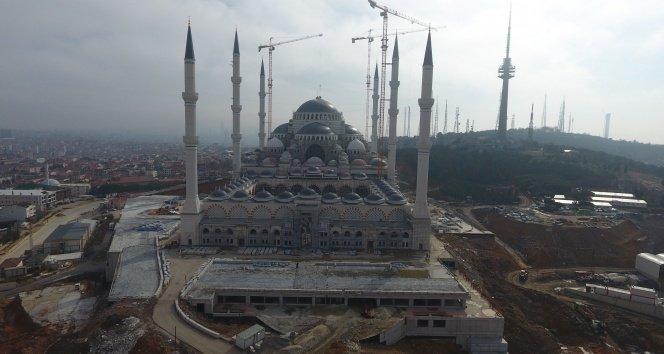 Çamlıca Camii'nin alemi yerleştirildi!