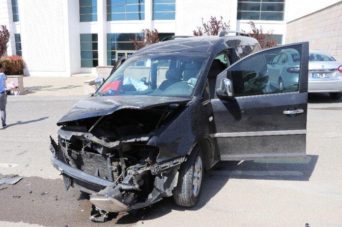 Kontrolden çıkan otomobil, gazetecilerin aracına çarptı: 3 yaralı!