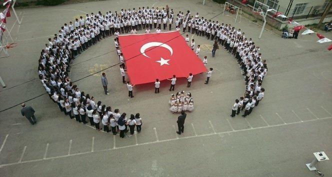 Öğrencilerin ay-yıldızlı İstiklal Marşı coşkusu!