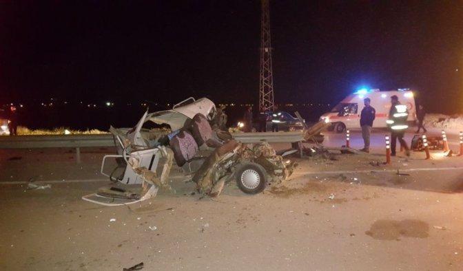 Bariyerlere Saplanan Otomobil Hurdaya Döndü: 1 Ölü