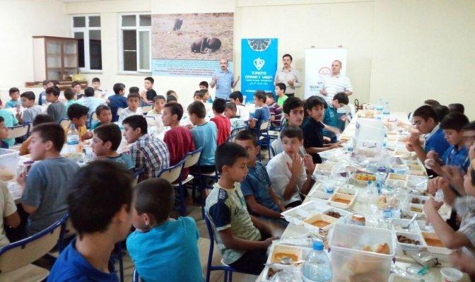 Diyanet Vakfı üç yüz öğrenciyle iftar yaptı