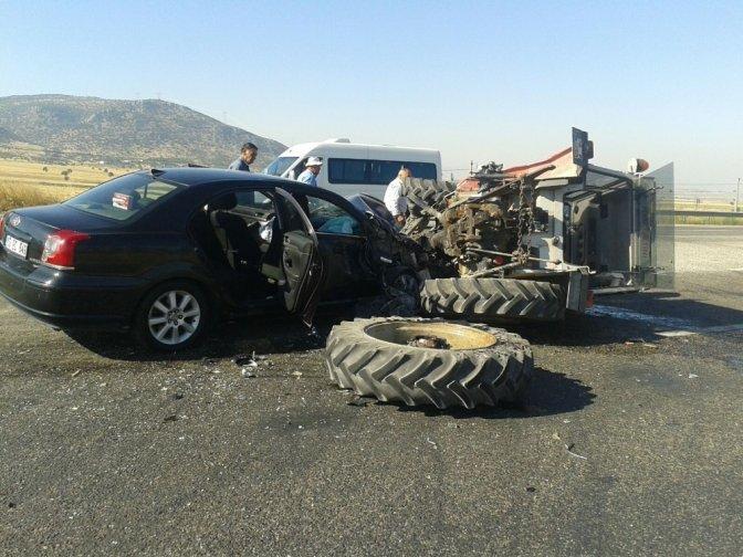 Otomobil İle Traktör Çarpıştı: 7 Yaralı
