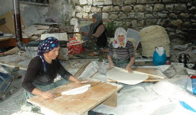 Kadınların Kışlık Yufka Ekmek Telaşı