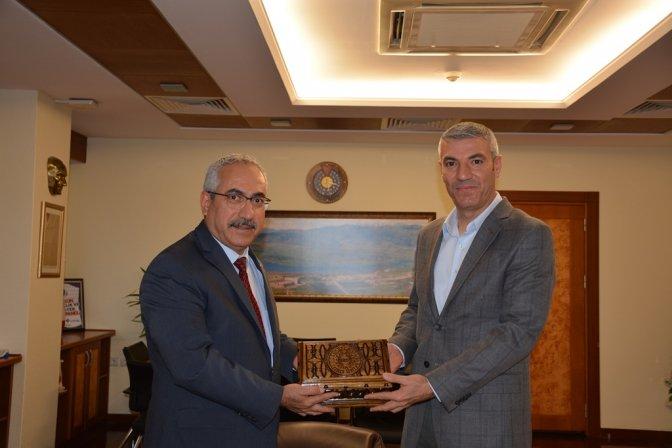 Rektör Deveci, Milli Tenisçi Mehmet Toraman'ı tebrik etti