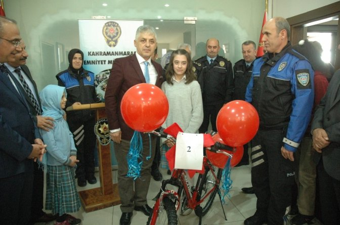 Emniyet'ten öğrencilere bisiklet