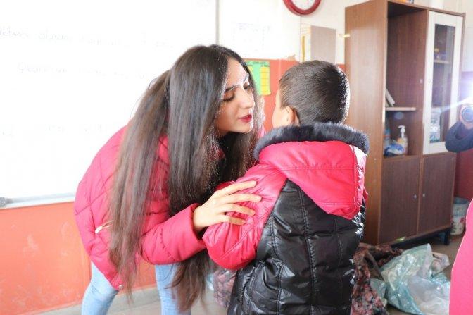 Üniversite öğrencisinden İlkokul öğrencilerine yardım