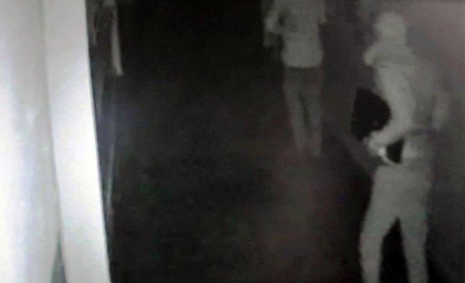 Dizüstü bilgisayar çalan hırsızlar önce kameraya sonra polise yakalandı