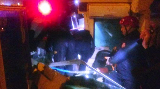 Kontrolden çıkan tır nöbet tutan polislerin arasına daldı
