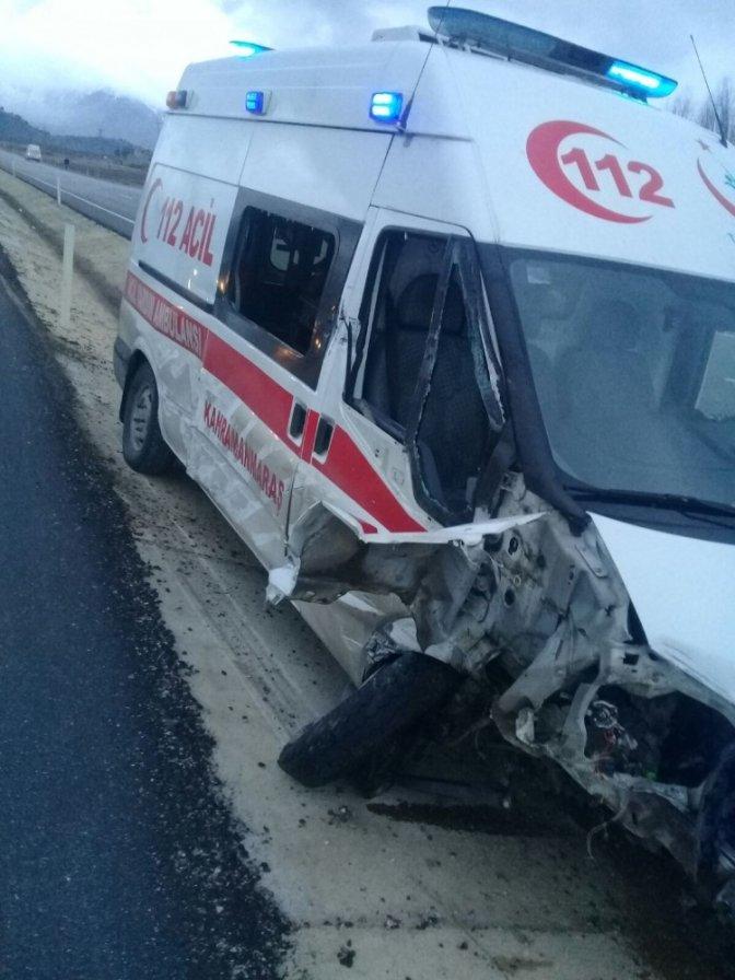 Ambulansa çarpan traktör ikiye bölündü: 1 yaralı!