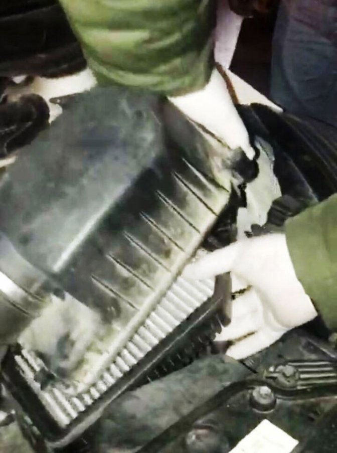 Otomobilin hava filtresinden tabanca çıktı