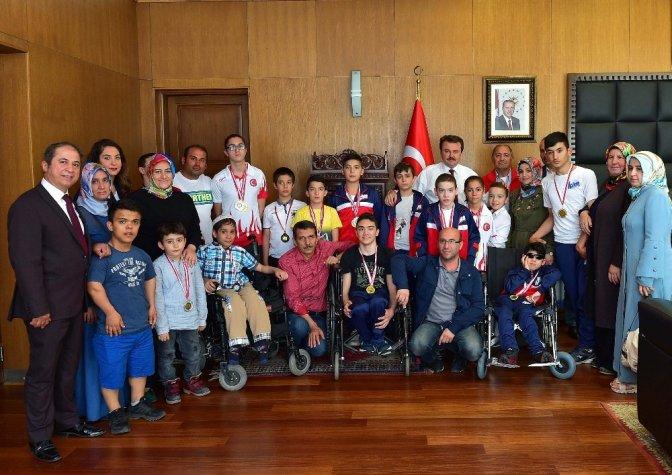 Yüzme şampiyonları Başkan Erkoç'u ziyaret etti
