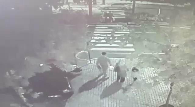 Otomobil anne ile kızına böyle çarptı