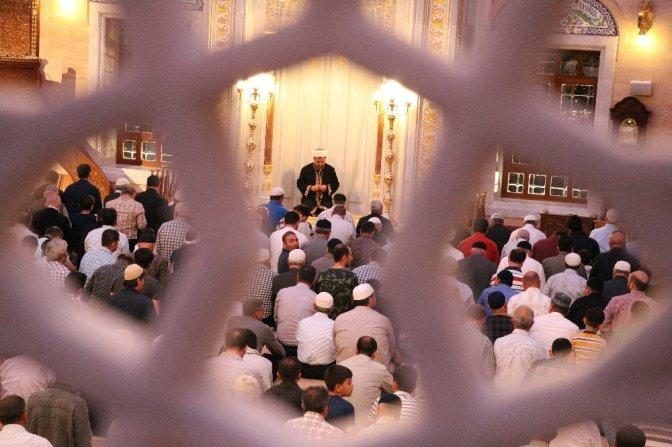 Abdülhamit Han Camii'nde 10 Bin kişiyle ilk Teravih