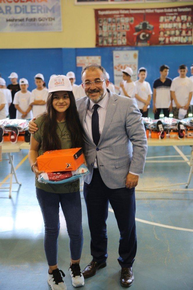 Yaz spor okullarına katılan öğrencilere malzeme desteği