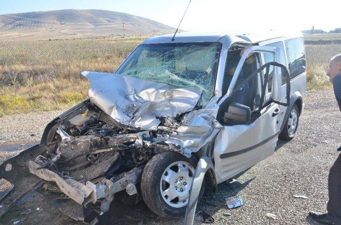 Tankere çarpan kamyonetin sürücüsü yaralandı!