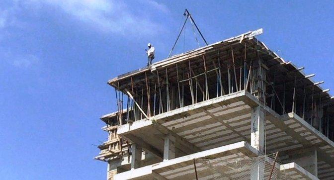 13 Katlı inşaatta tehlikeli çalışma
