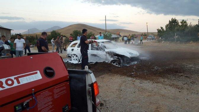 Park halindeki otomobil, çıkan yangında küle döndü