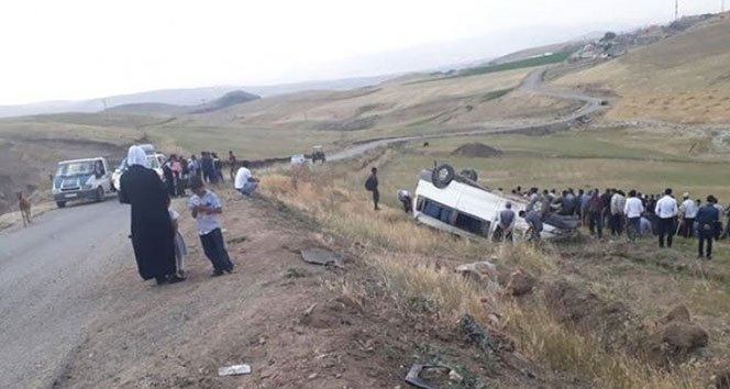 Ağrı'da minibüs şarampole devrildi: 21 yaralı!