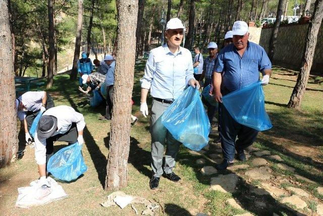 Başkan Okay çevre temizliği yaptı