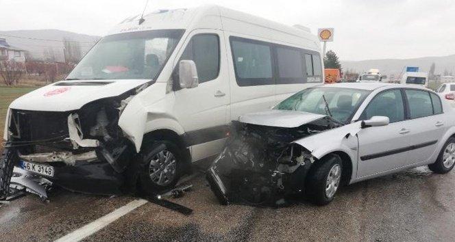 Minibüsle otomobil çarpıştı: 3 yaralı!
