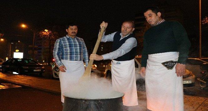 Kervancıoğlu, vatandaşlara sıcak salep ikram etti