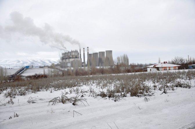 Köylünün üstüne kül yağıyor