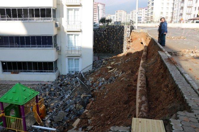 İstinat duvarı çökünce kaldırımda asılı kaldı!