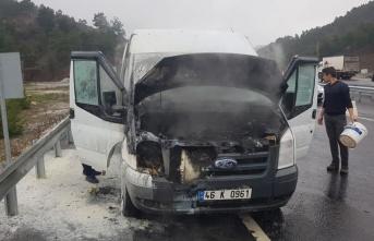 Kahramanmaraş'ta seyir halindeki minibüs alev aldı!