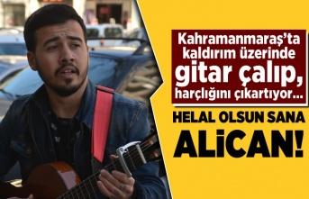 Kahramanmaraş'ta kaldırımda gitar çalıp, şarkı söyleyerek harçlığını çıkartıyor...